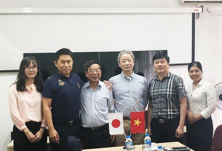 Tổng Giám đốc CONINCO – TS Hà Minh (thứ 2 từ phải sang) chụp ảnh lưu niệm cùng Chủ tịch SENJU SPRINKLER-Mr. Mitsuhiro Uchimura (thứ 3 từ phải sang).