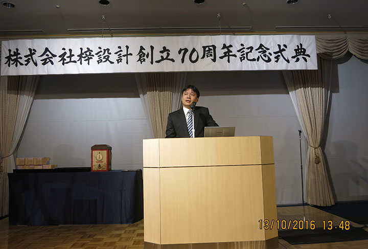Dr. Ha Minh - Member of BoM, Deputy General Director congratulating Azusa Sekkei