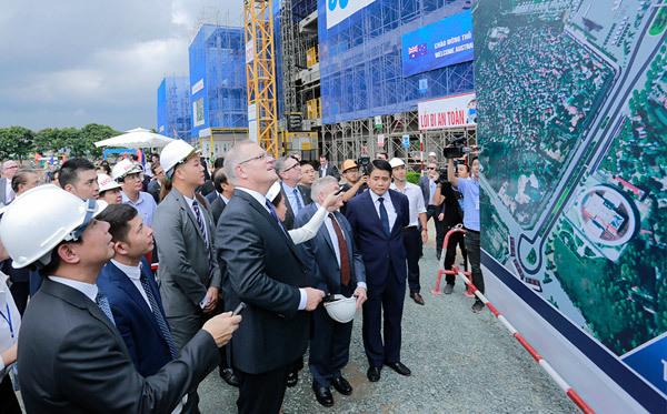 Thủ tướng Úc Scott Morrison đến thăm công trình  đường đua Công thức 1 Hà Nội