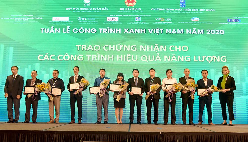 Thứ trưởng Bộ Xây dựng Lê Quang Hùng và Trưởng đại diện Thường trú UNDP tại Việt Nam bà Caitlin Wiesen trao Chứng nhận cho các công trình hiệu quả năng lượng