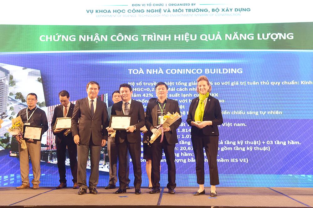Tổng Giám đốc TS. Hà Minh và Phó Tổng Giám đốc KTS. Nguyễn Đăng Quang nhận chứng nhận công trình hiệu quả năng lượng – Tòa nhà CONINCO TOWER