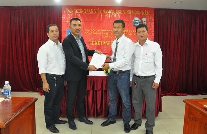 CT HĐQT Nguyễn Văn Công – Bí thư Đảng Bộ CONINCO trao quyết định kết nạp Đảng cho đ/c Lê Huy Liệu