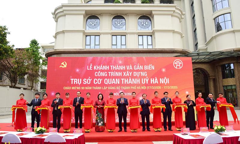 Các đồng chí lãnh đạo, nguyên lãnh đạo thành phố Hà Nội cắt băng khánh thành công trình xây dựng trụ sở cơ quan Thành ủy Hà Nội tại số 9 phố Ngô Quyền