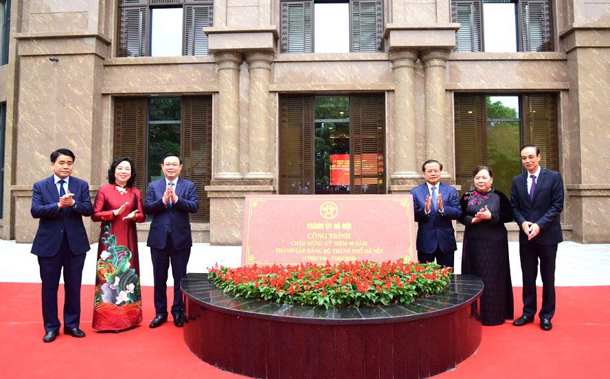 Các đồng chí lãnh đạo, nguyên lãnh đạo thành phố Hà Nội gắn biển công trình xây dựng trụ sở cơ quan Thành ủy Hà Nội, chào mừng kỷ niệm 90 năm Ngày thành lập Đảng bộ thành phố Hà Nội (17/3/1930-17/3/2020).
