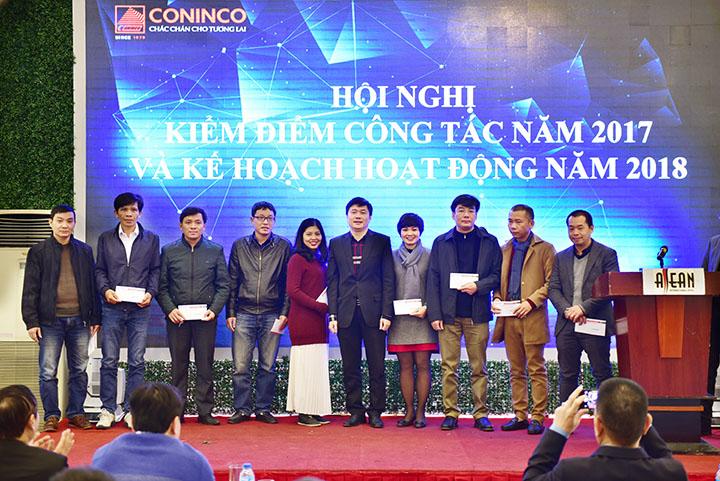 TGĐ trao phần thưởng cho tập thể đoàn tư vấn và các cá nhân đã hoàn thành tốt nhiệm vụ năm 2017