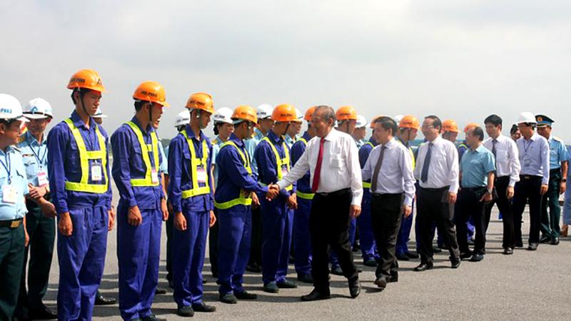 Phó Thủ tướng Chính phủ Thường trực Trương Hoà Bình và Bộ trưởng Bộ GTVT Nguyễn Văn Thể chúc mừng các nhà thầu tham gia dự án.