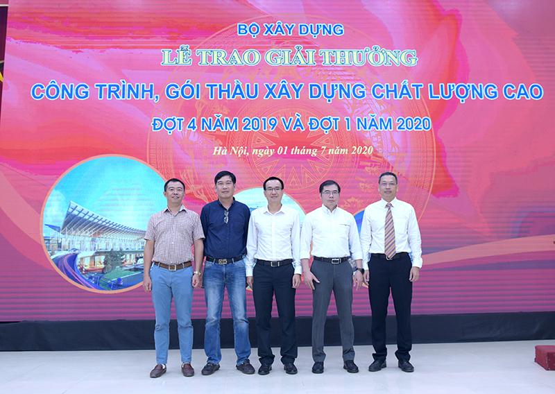 Ông Lê Kim Liệu - Trưởng Đoàn TVGS chụp ảnh cùng Chủ đầu tư và Ban điều hành dự án