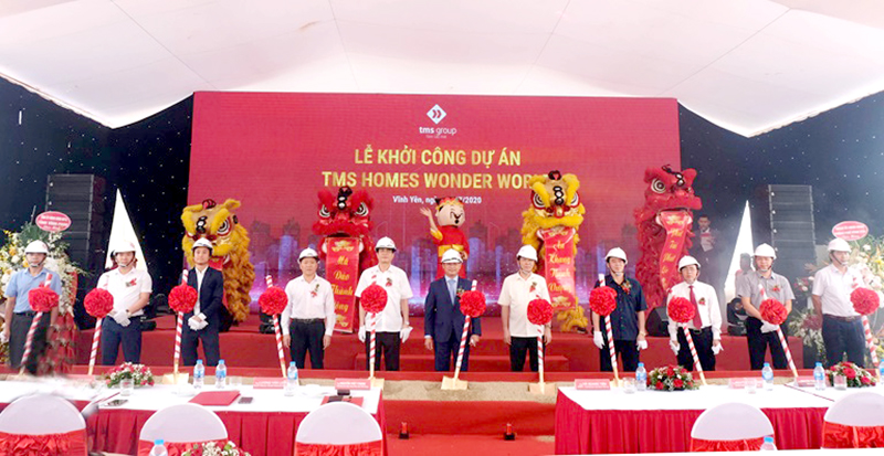 Các đại biểu thực hiện nghi thức khởi công xây dựng Khu đô thị TMS Homes Wonder World.