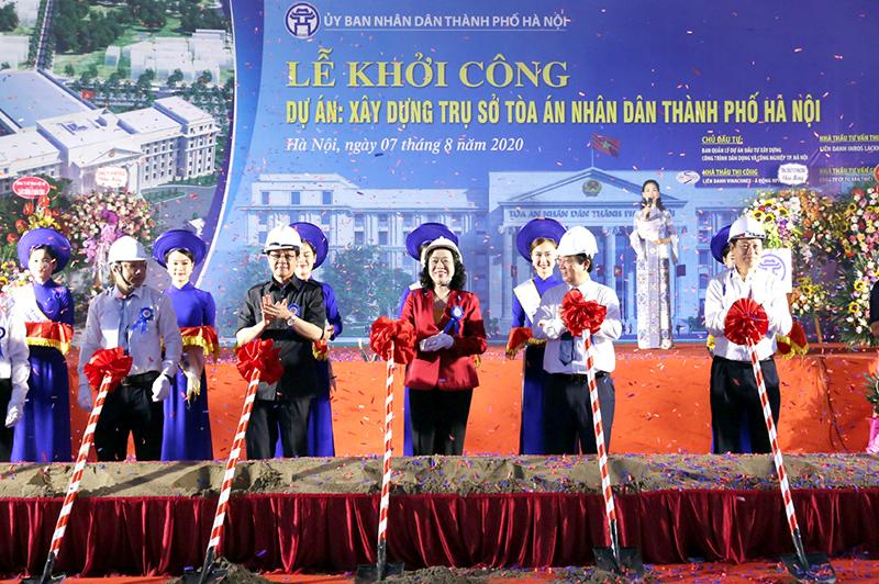 Các đại biểu khởi công dự án xây dựng trụ sở Tòa án nhân dân thành phố Hà Nội