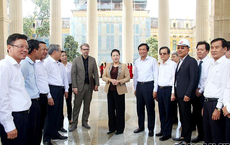 Ủy viên Bộ Chính trị, Chủ tịch Quốc hội Nguyễn Thị Kim Ngân chúc mừng Lãnh đạo, cán bộ, công chức và người lao động thuộc TANDTC nói riêng và hệ thống TAND có một trụ sở mới, trang nghiêm, thể hiện được ý nghĩa