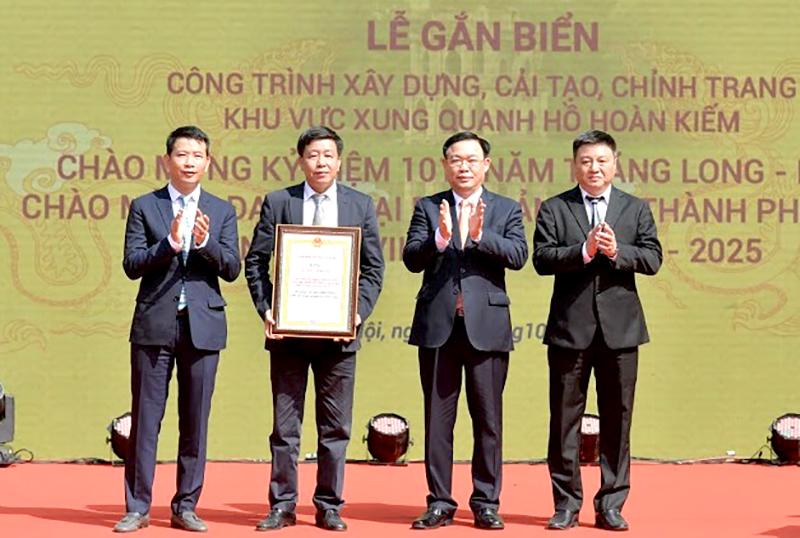 Bí thư Thành ủy Hà Nội Vương Đình Huệ trao tặng bằng công nhận công trình cho quận Hoàn Kiếm.