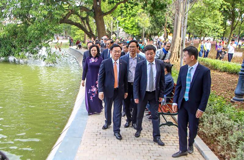 Bí thư Thành ủy Hà Nội Vương Đình Huệ đi dạo thăm diện mạo mới của hồ Hoàn Kiếm