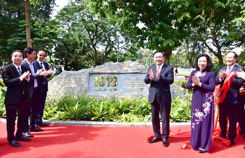 Bí thư Thành ủy Hà Nội Vương Đình Huệ, Chủ tịch UBND thành phố Hà Nội Chu Ngọc Anh và đại diện gắn biển công trình chào mừng 1010 năm Thăng Long – Hà Nội