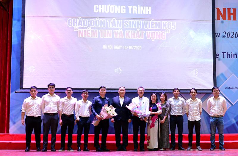 Tổng Giám đốc CONINCO TS. Hà Minh chụp ảnh kỷ niệm cùng đại diện lãnh đạo nhà trường và tân sinh viên