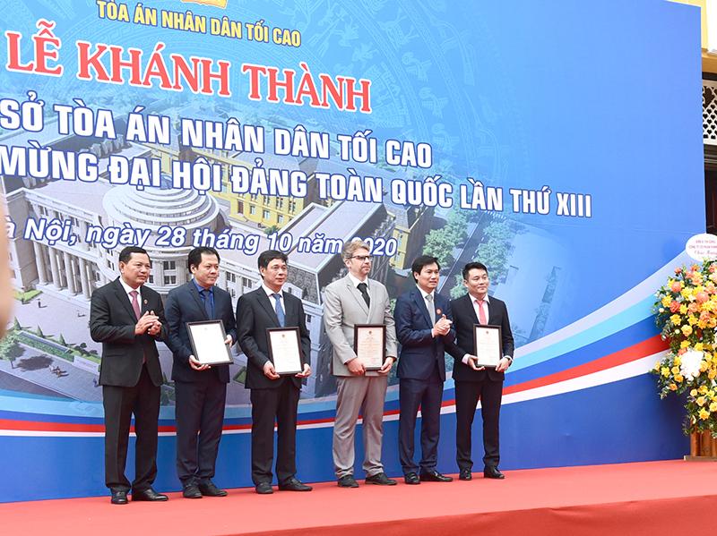 """Phó Tổng Giám đốc Nguyễn Đăng Quang (ngoài cùng bên phải) nhận giải thưởng """"Công trình chất lượng cao"""""""