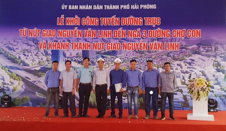 Ông Phan Ngọc Cương – Ủy viên HĐQT, PTGĐ CONINCO (thứ 4 từ trái sang) cùng đoàn TVGS CONINCO chụp ảnh tại Lễ khởi công và khánh thành