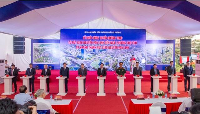 Các đại biểu ấn nút khởi công công trình tuyến đường trục từ Nút giao Nguyễn Văn Linh đến ngã 3 đường Chợ Con