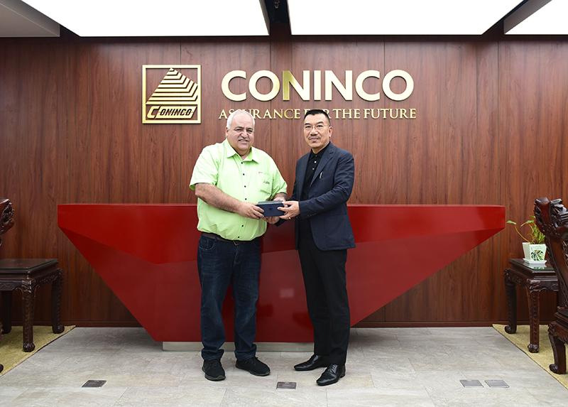 Chủ tịch HĐQT Nguyễn Văn Công tặng quà lưu niệm và chụp ảnh cùng Giám đốc DINVAI Việt Nam ông Manuel Tomas Fernandez Jimenez