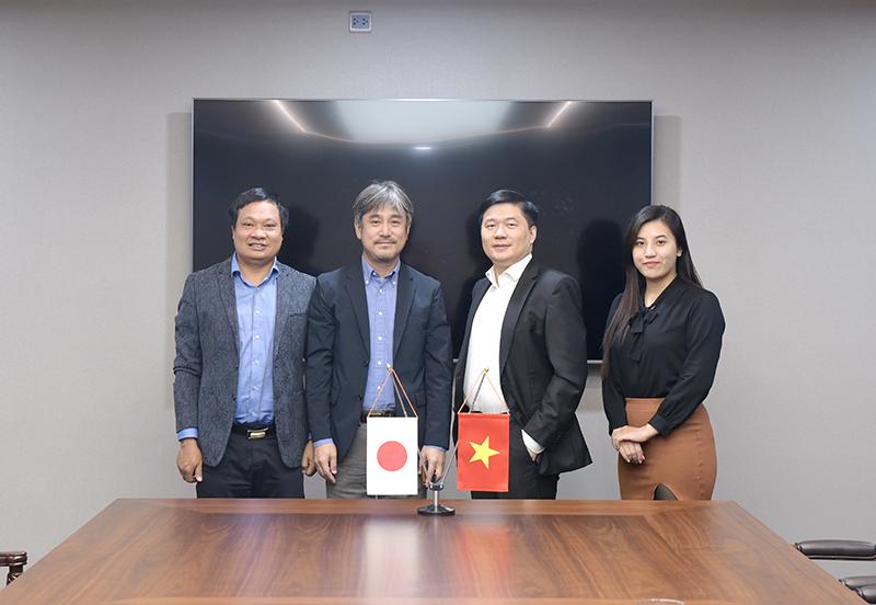 TS. Hà Minh – Tổng Giám đốc CONINCO chụp ảnh cùng ông Keisuke Kubota – Quản lý cấp cao phát triển kinh doanh SHIMIZU và cộng sự
