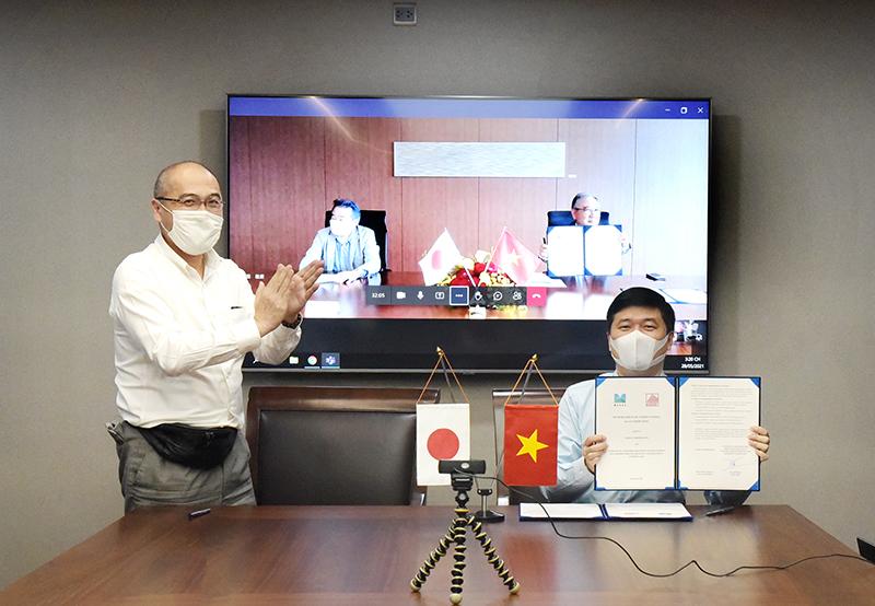 Tổng Giám đốc TS. Hà Minh và Giám đốc đại diện tập đoàn MAEDA Takao Nakanishi kí biên bản ghi nhớ ở hai đầu cầu Việt Nam và Nhật Bản