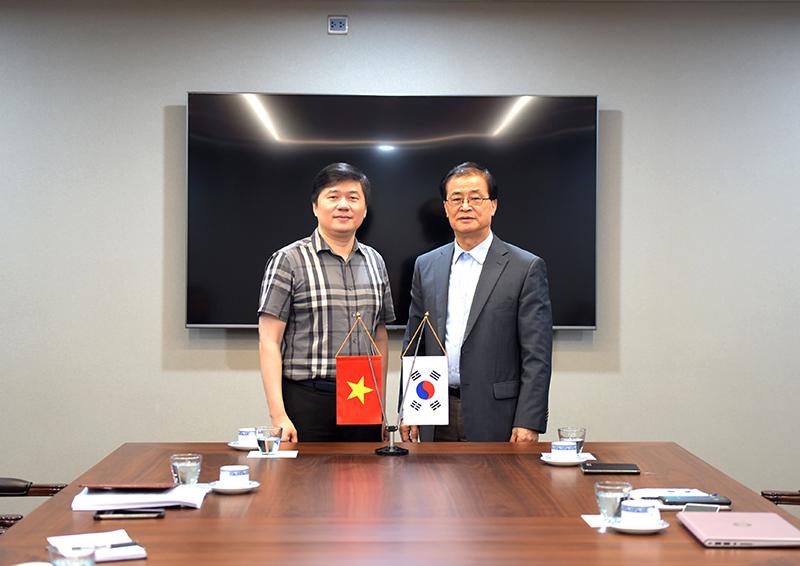 TGĐ CONINCO TS. Hà Minh (trái) và TGĐ IDE ông Hwang Buyng Lak (phải) mong muốn hai công ty hợp tác thành công và phát triển hơn nữa