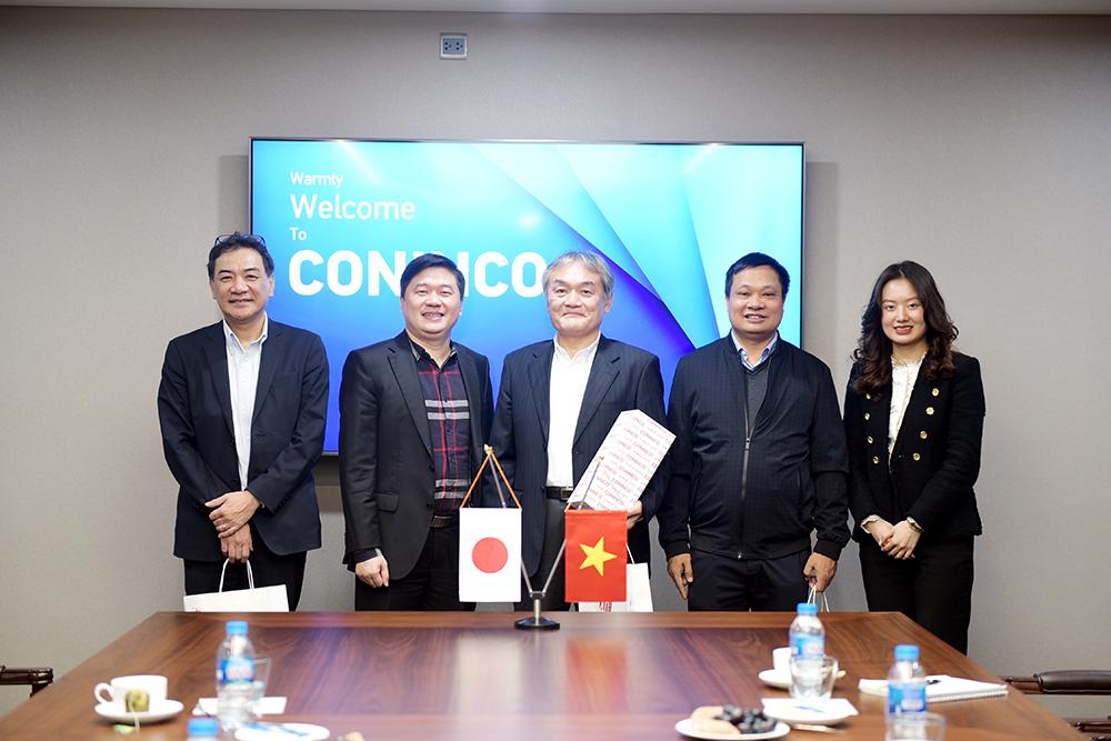 TS. Hà Minh – Tổng Giám đốc CONINCO tặng quà lưu niệm, chụp ảnh cùng  ông Toru Sasaki - Tổng Giám đốc Công ty TNHH SHIMIZU Việt Nam và công sự