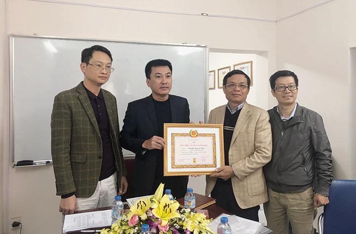 Đ/c Nguyễn Hữu Trường – PTGĐ, Bí thư chi bộ khối sản xuất 4 trao tặng huy hiệu 30 năm tuổi Đảng cho đ/c Nguyễn Quang Minh
