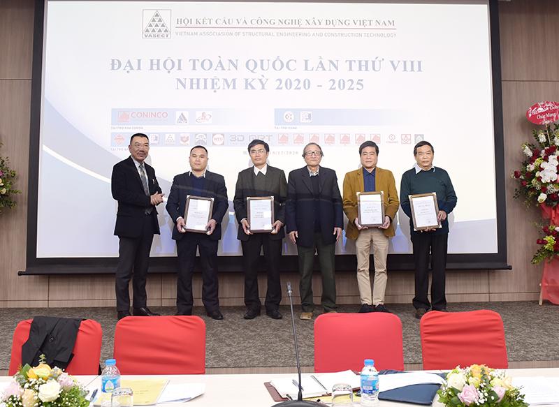 Chủ tịch Hội kết cấu và công nghệ xây dựng Việt nam tặng bằng khen cho các cá nhân, tập thể đã có thành tích xuất sắc trong hoạt động Hội nhiệm kỳ 2015 – 2020
