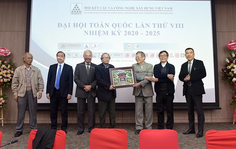 Đại diện lãnh đạo Hội nhận quà kỷ niệm của Tổng Hội Xây dựng Việt Nam
