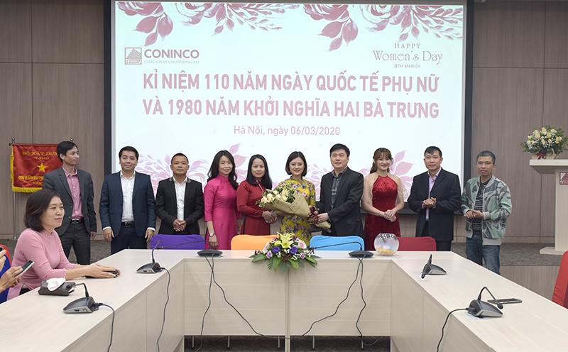 TS. Hà Minh - Tổng Giám đốc tặng hoa cho đại diện ban nữ công CONINCO nhân ngày quốc tế phụ nữ 8/3