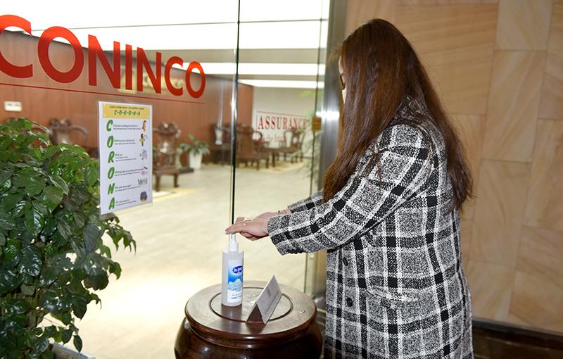 Ở sảnh thang máy, ở mỗi tầng CONINCO đều chuẩn bị nước rửa tay sát khuẩn và tất cả CBNV, khách vào tòa nhà, đến làm việc đều thực hiện nghiêm túc biện pháp phòng chống dịch