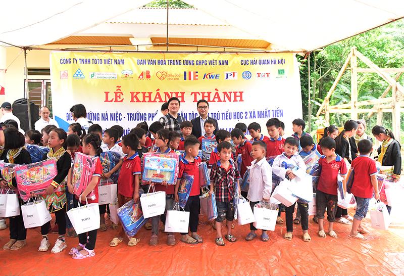 TGĐ CONINCO TS. Hà Minh và TGĐ Công ty TNHH ToTo Việt Nam ông Asada Kyoji tặng quà cho các em học sinh tại điểm trường Nà Niệc
