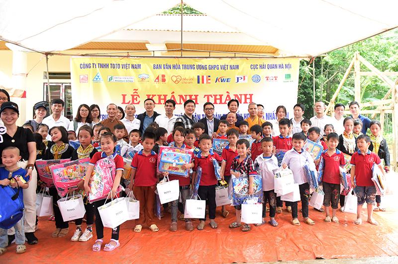 Đoàn thiện nguyện cùng trao tặng những món quà ý nghĩa tới các em học sinh tại điểm trường Nà Niệc – Nhất Tiến – Lạng Sơn