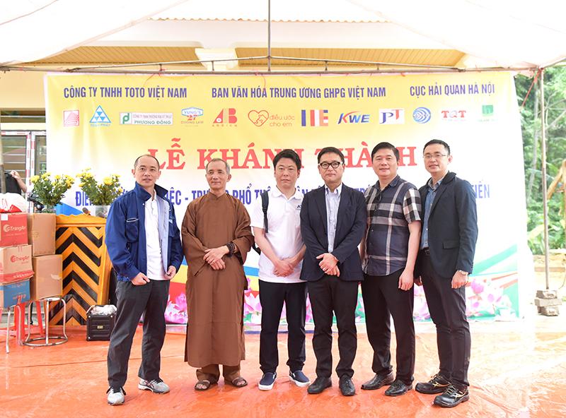 Đại diện lãnh đạo đoàn thiện nguyện chụp ảnh kỷ niệm tại lễ khánh thành điểm trường Nà Niệc