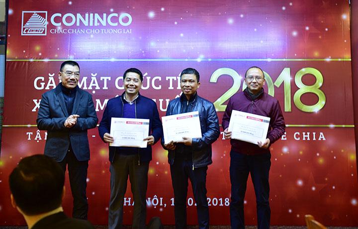 Chủ tịch HĐQT trao thưởng cho các phòng quản lý hoàn thành xuất sắc nhiệm vụ năm 2017
