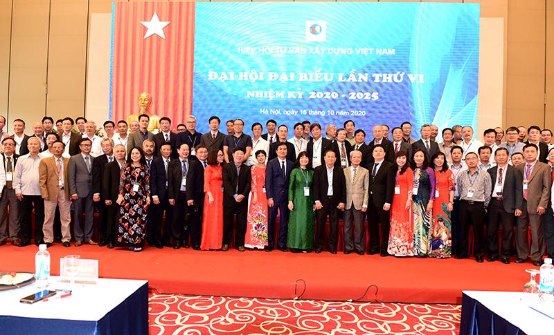Các đại biểu chụp ảnh kỷ niệm cùng BCH Hiệp hội nhiệm kỳ 2020-2025
