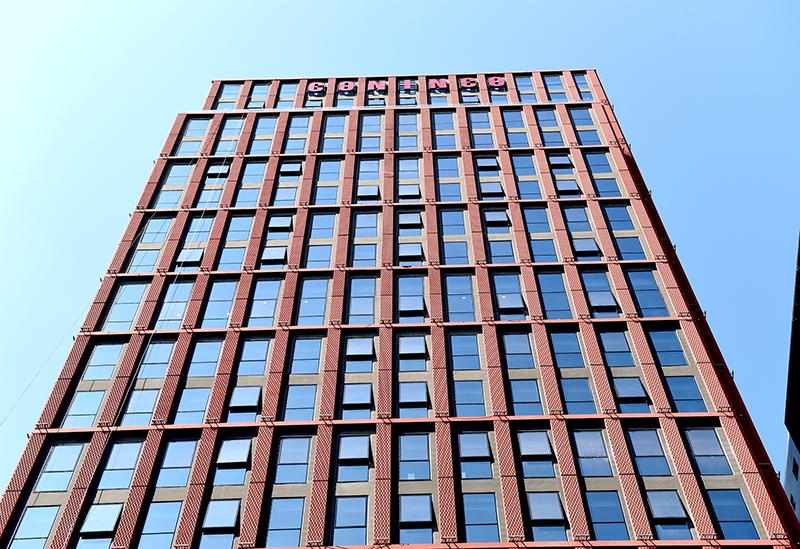 Mặt đứng của công trình là điểm nhấn kiến trúc bền vững với hình khối hoành tráng, nổi bật vươn cao mạnh mẽ