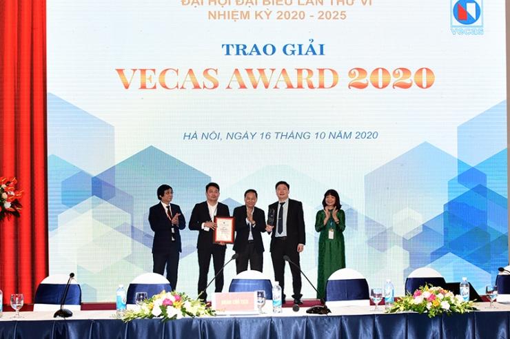 Tổng Giám đốc TS. Hà Minh (thứ 2 từ phải sang) và Phó Tổng Giám đốc Nguyễn Đăng Quang (thứ 2 từ trái sang) nhận giải Nhất VECAS AWARD 2020 cho công trình CONINCO TOWER