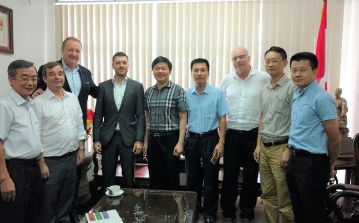TS. Hà Minh - TGĐ CONINCO (thứ 5 từ phải sang) và PTGĐ Nguyễn Hữu Trường (thứ tư từ phải sang) chụp ảnh lưu niệm cùng đối tác