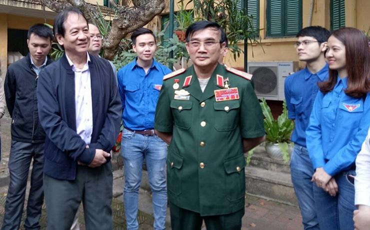 Bác Võ Hồng Nam và Thiếu tướng Lê Mã Lương trò chuyện cùng Đoàn thanh niên Bộ Xây dựng