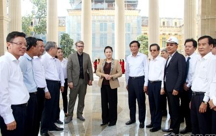 """Ủy viên Bộ Chính trị, Chủ tịch Quốc hội Nguyễn Thị Kim Ngân chúc mừng Lãnh đạo, cán bộ, công chức và người lao động thuộc TANDTC nói riêng và hệ thống TAND có một trụ sở mới, trang nghiêm, thể hiện được ý nghĩa """"Thượng tôn pháp luật"""" của nền tư pháp Việt"""