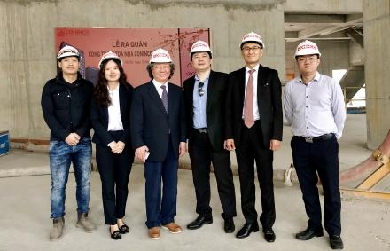 Chủ tịch Samyang System Group – ông Chang-Duck Yang (thứ ba từ trái sang) và Tổng giám đốc CONINCO – TS. Hà Minh (thứ ba từ phải sang) đến thăm công trình Toà nhà CONINCO TOWER.